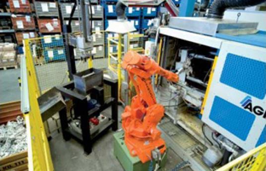 Pressure die-casing machine with robot